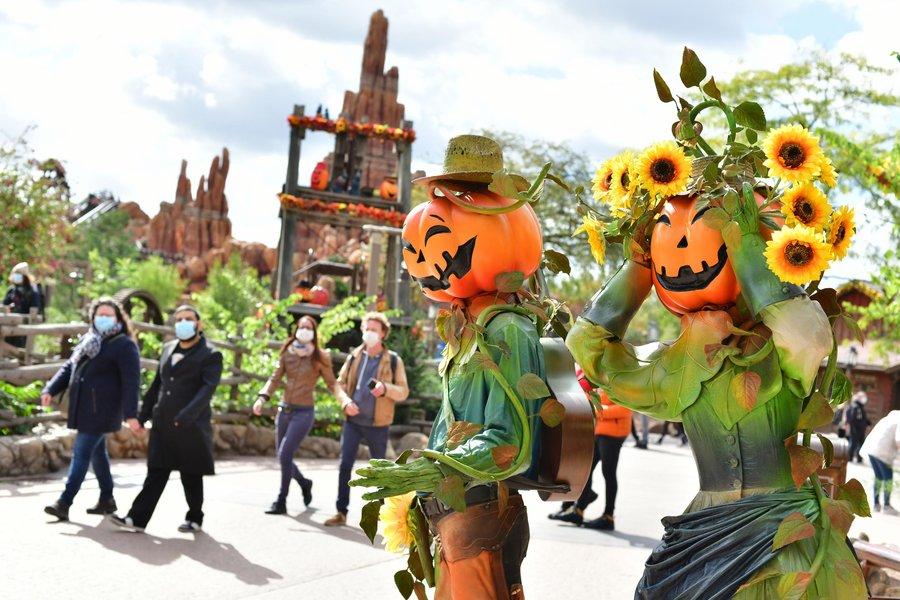 1-Disneyland-Paris-Halloween-Frontierland.jpg