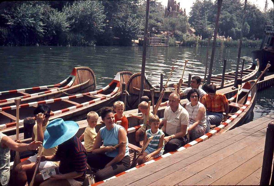 disneyland-paris-indian-canoe.jpg